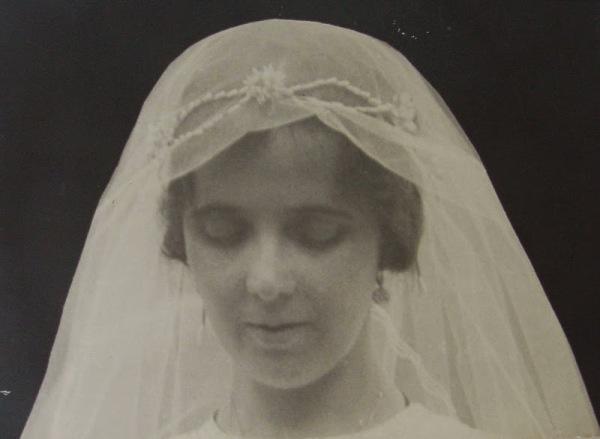 15 de agosto de 1921. Toma de hábito. Cristina vestida de novia.